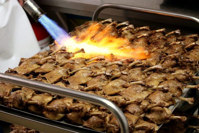 Finition des cuisses de canard confites